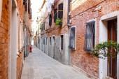 Photo Narrow street in Venice