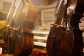 Cselló zenekar hangszerek closeup, fekete