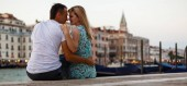 Fotografie couple passionated moment. Man and woman in venice in the evening