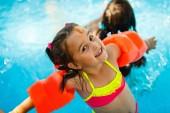 Fotografie Schwimmbad Folien für Kinder auf dem Wasser Rutschen im Aquapark. Kind Sommerurlaub im Freien. Kleines Mädchen im Aqua-park
