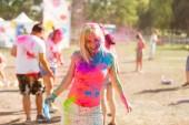 Malovaný dívka tančí na Holi Festival