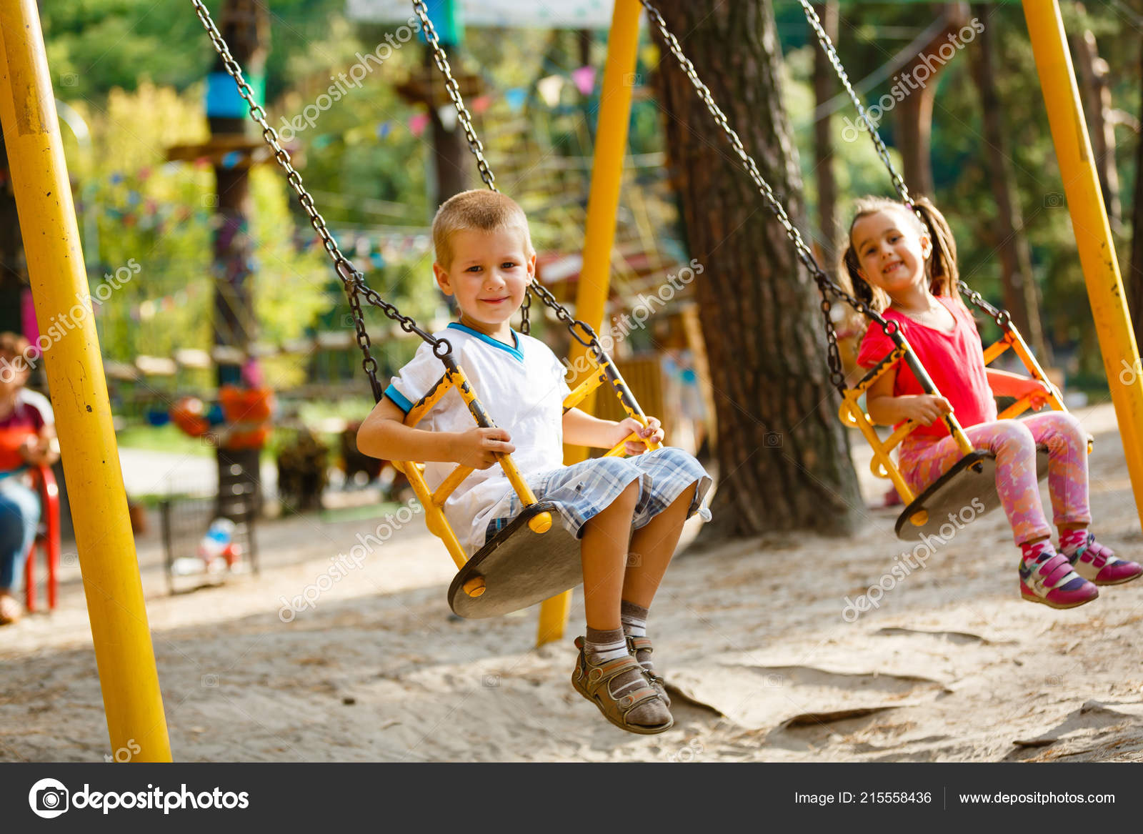 7c4277e2a9f Χαμογελώντας Μικρό Κορίτσι Και Αγόρι Μια Κούνια Παιδιά Που Παίζουν ...