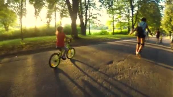 Frühchen-Mädchen reitet Fahrrad im grünen Frühlingspark