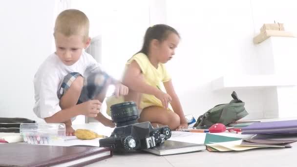 Předškolní chlapec a dívka hraje na podlaze s Vzdělávací hračky