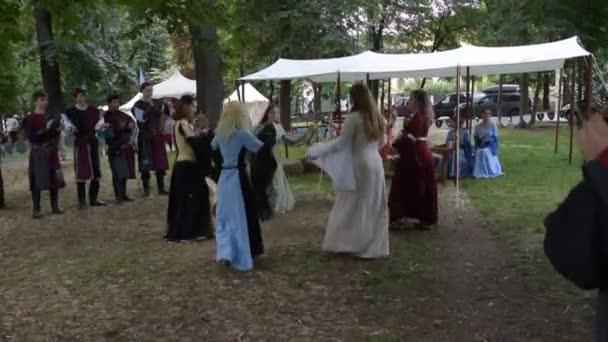 Ploiesti, Rumunsko - 14 července 2018 KOSTÝMOVANÉHO tanečníků provést venkovní na The Medieval Festival středověký tanec v Ploiesti