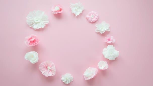 papírové bílé a růžové květy na růžovém pozadí