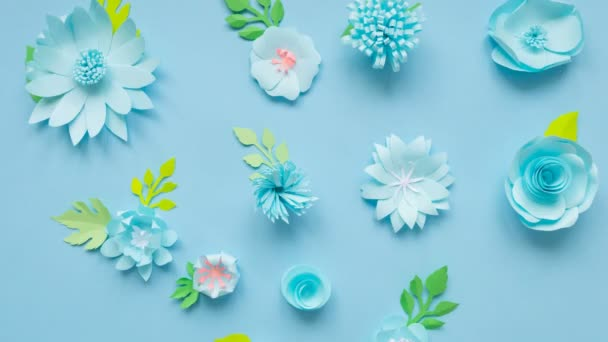 Stop motion animace, srdce papírové květiny nabourává do malé květiny a pak se vracet