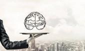 Körülvágott kép pincérnő s kéz a fehér kesztyű bemutató felvázolt agya, fém tálca, városkép kilátással a háttérben. 3D-leképezés.