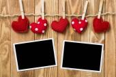 Rychlé foto rámeček a lásku srdce připnul na lano na dřevěnou texturou pozadí