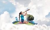 Fotografie Roztomilý kluk holka na město plovoucí ostrov v dalekohled