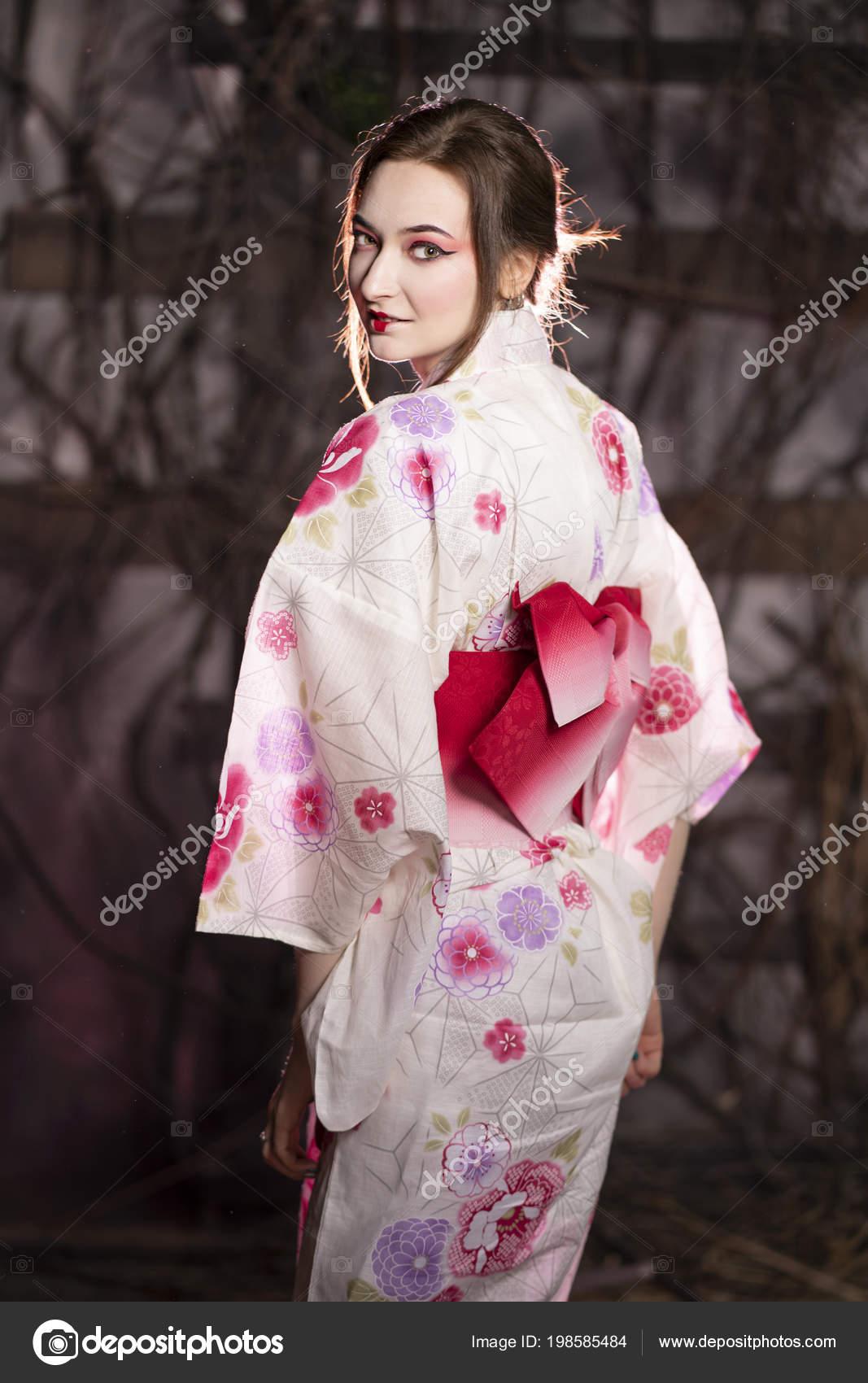9b46c2f79 Chica Elegante Vestido Tradicional Kimono Japonés Blanco Rosa Solas ...