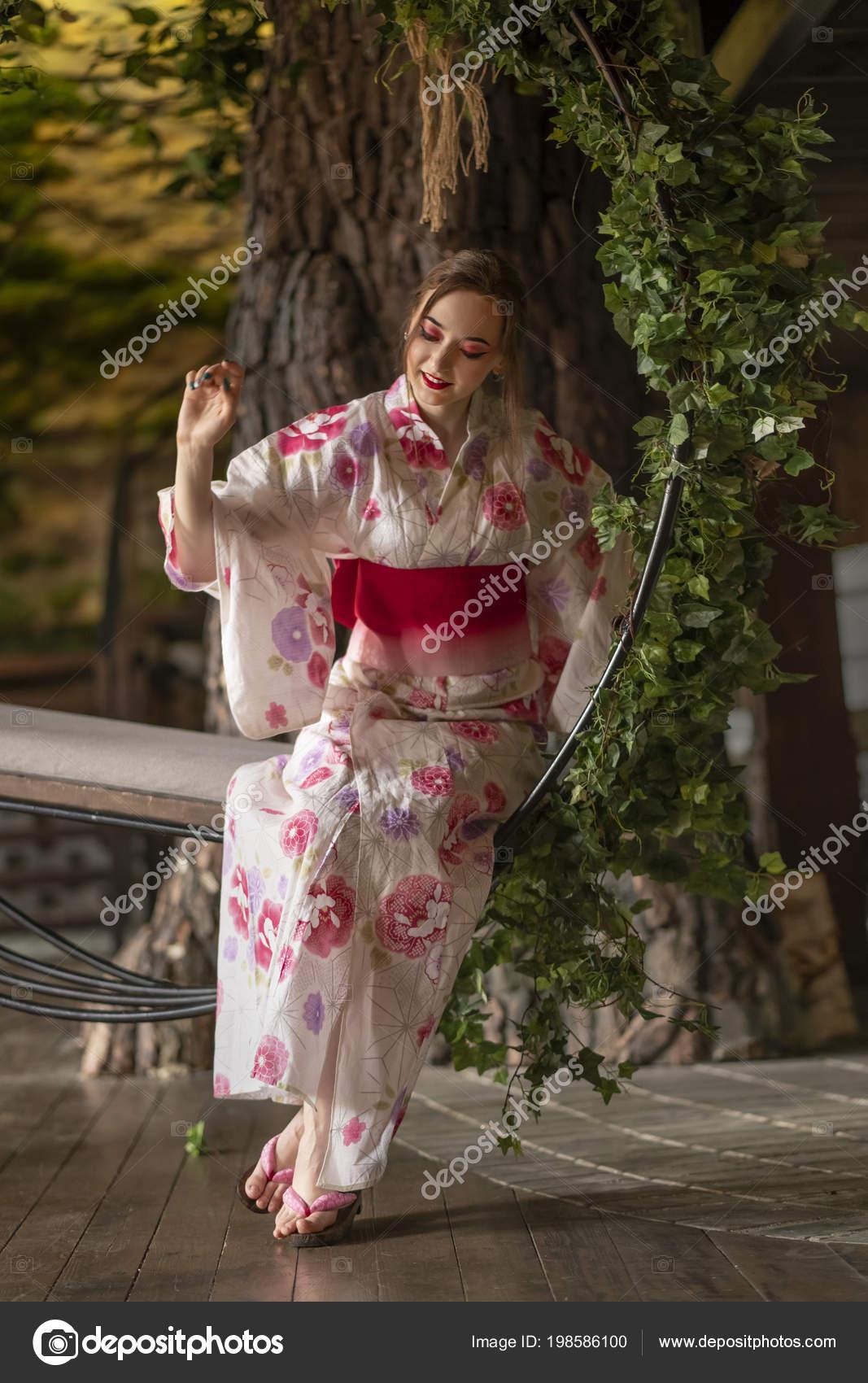 f4dacc552 Una Chica Guapa Piel Clara Con Maquillaje Japon Ropa Japonés — Fotos ...