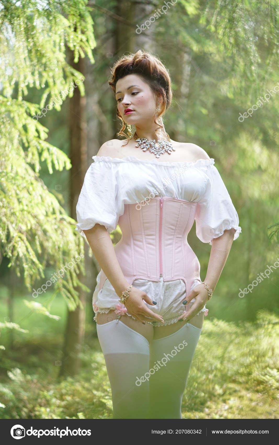 Linda Garota Gordinha Posando Medieval Espartilho Retr Lingerie Vintage Branca -9222