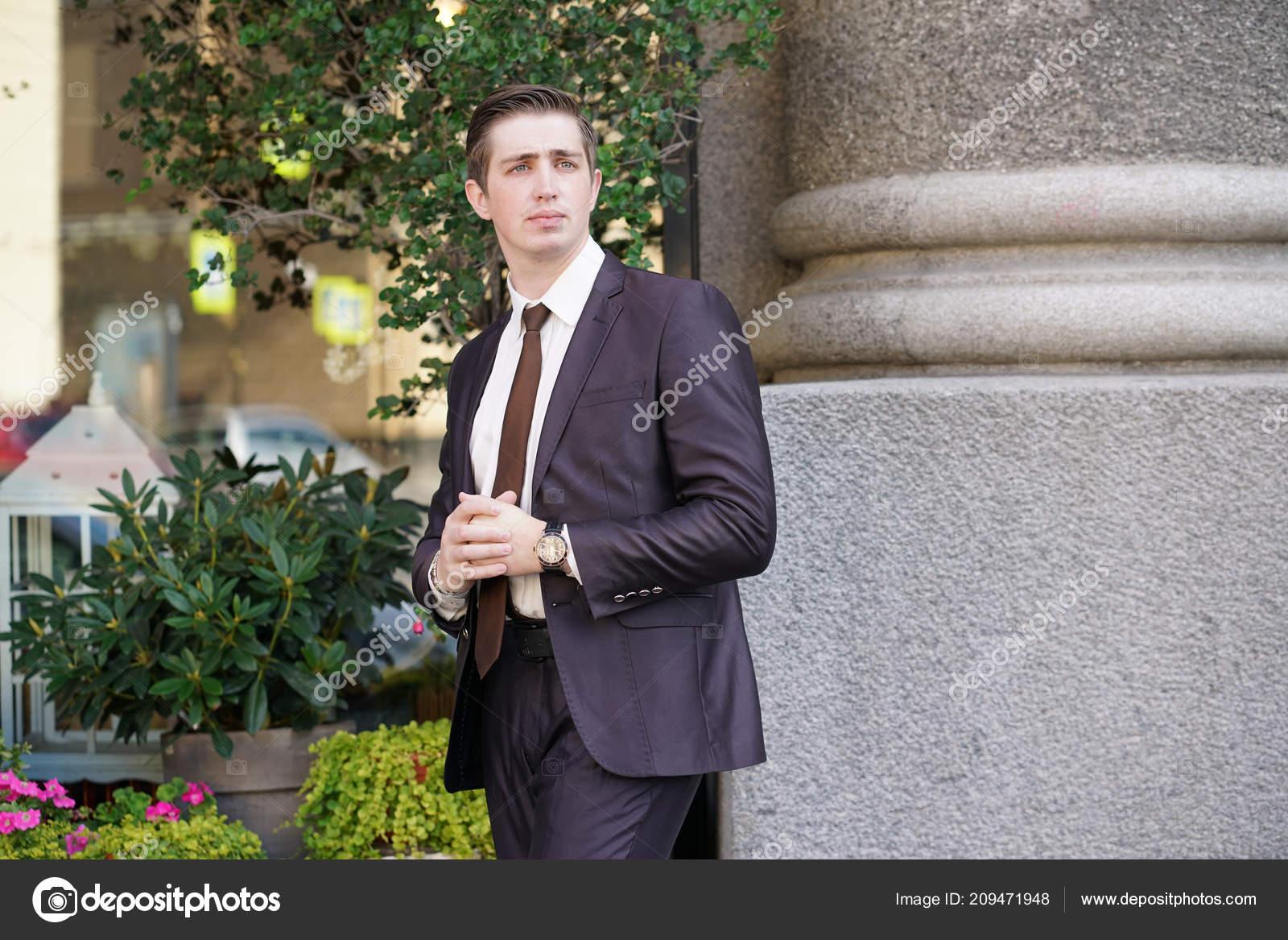 8e94c6b7558e Νεαρός Άνδρας Στο Μαύρο Επαγγελματικό Κοστούμι Λευκό Πουκάμισο Και ...