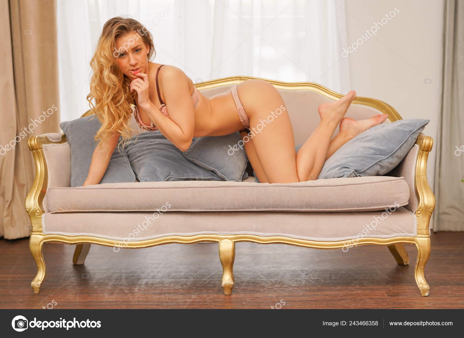 Блондинка в розовом кружевном белье техники для дома советы