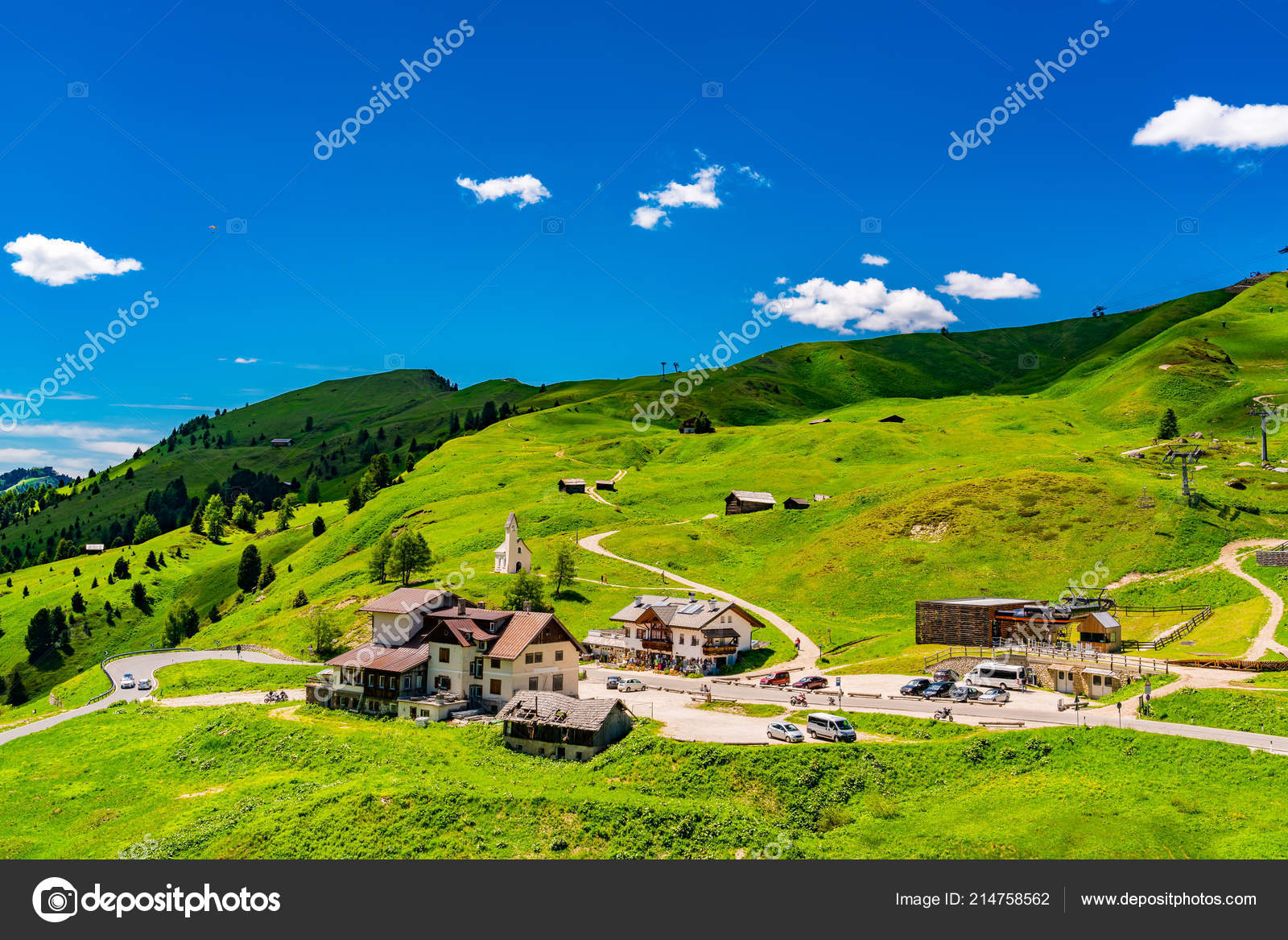 村と丘の上の小さな教会と南チロルのイタリア ガルデーナ峠の山の景色 — ストック写真