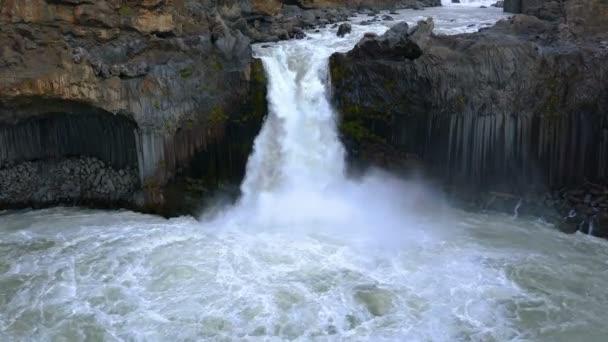 Pohled na Aldeyjarfossu vodopádu na řece Skjalfandafljot s krásnou čedičových sloupců nastavením v Severní Island