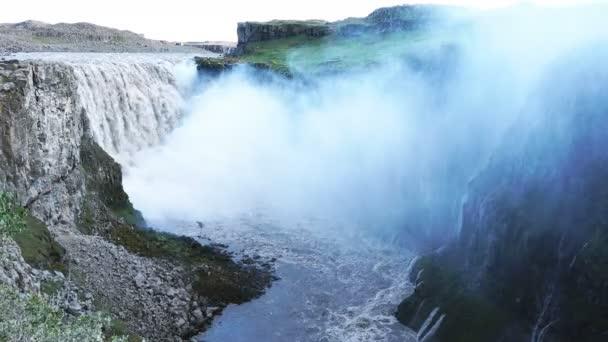 Pohled vodopády Dettifoss v létě Vatnajokull národního parku s Jokulsa Fjollum řeky a mlhavé prostředí