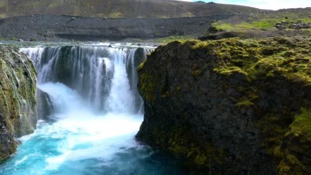 Islandský pohled Sigoldufoss vodopádů na Vysočině Fjallabak přírodní rezervace Islandu (fotoaparát posouvání)