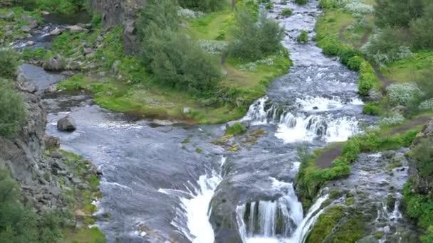 Vodopád v Gjain kaňonu v centrální Vysočině v rezervaci Fjallabak příroda Islandu