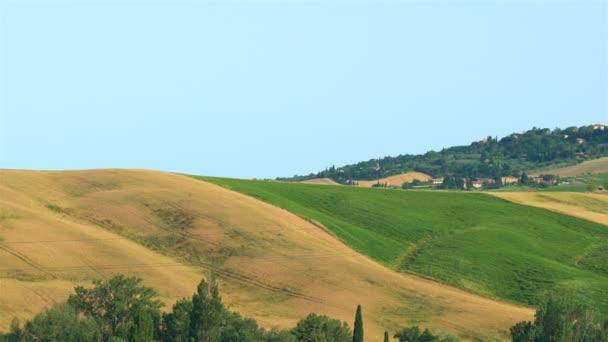Pohled z vršku města Pienza v Itálii s krásnou krajinou kopcovité oblasti Toskánsko ve slunečný den