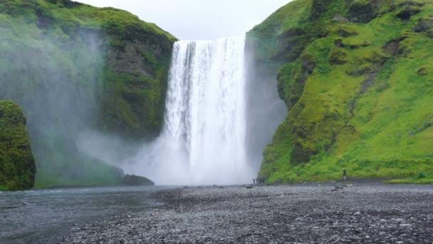 Pohled na dobře známé krásné Skogafoss vodopád v deštivý den v jižním Islandu