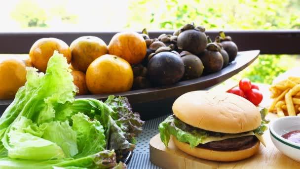 Bramborová zelenina a tropické ovoce na dřevěném stole