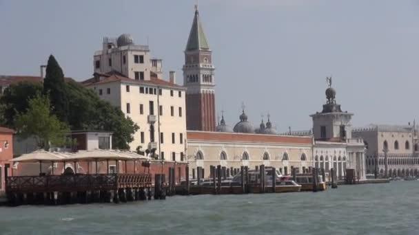 Venice punto di riferimento panoramico, vista dallacqua di Piazza San Marco, Campanile e Ducale o Palazzo Doge, Italia, Europa