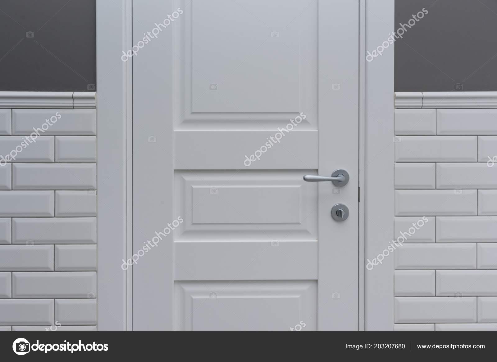 Porta bianca camera bagno sfondo grigio verniciato parete rivestita