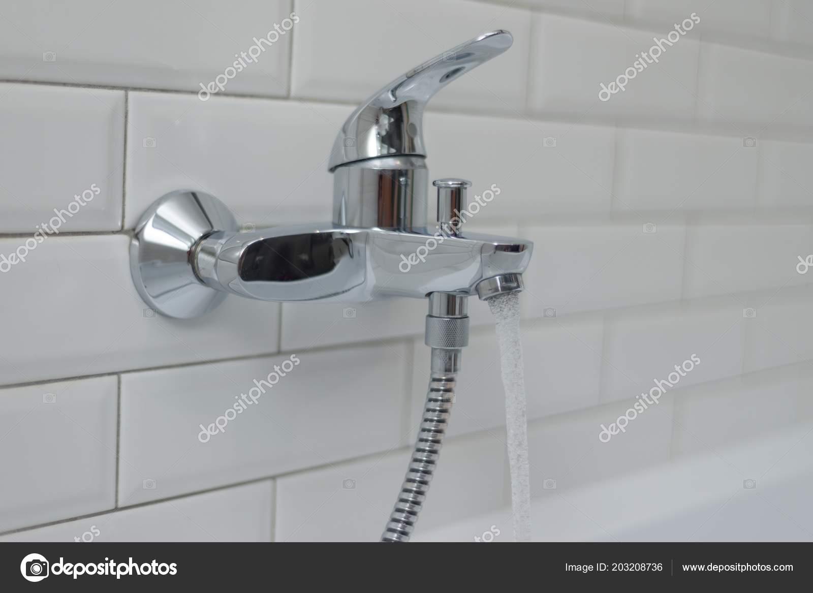 Vasca Da Bagno Perde Acqua : Primo piano miscelatore del rubinetto aperto chrome nella vasca