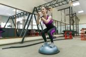 Fotografie Žena mladý fitness cvičení v tělocvičně moderní sport. Fitness, sport, výcvik, lidé koncept