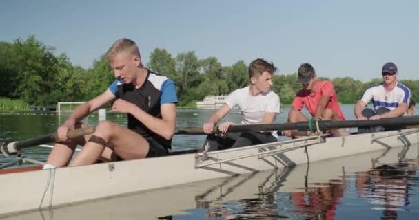 kyiv ua, 31-07-2019. sportteam von jugendlichen jungen geführt von trainer im kajak-boot auf dem wasser
