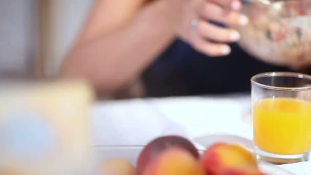 Closeup pozorná manželka se stará o manžela dát jídlo na talíř a pár stráví dobrý čas na jídelní stůl