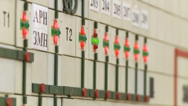 Panel displeje detailní přenosové linky vysokého napětí elektrické energie světelné lampy a podpisy