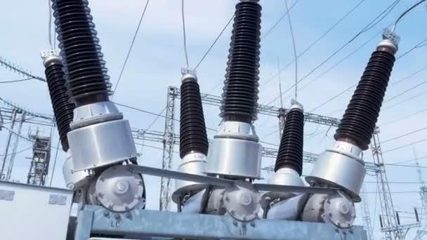 Closeup Žáruvzdorné keramické izolátory připevnění vodičů v elektrické rozvodny konstanta a střídavý proud pod modrou oblohou