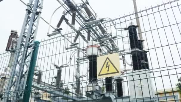 rozvodna s varovným signálem nebezpečí a keramických izolátorů