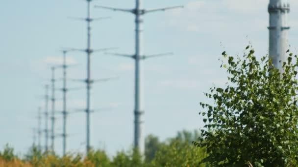 vysokonapěťové přenosové věže drží elektrické dráty