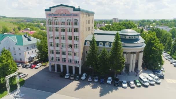 Panoramatickém pohledu automobily zaparkované poblíž budovy institutu designu olej proti panoráma pod sluncem