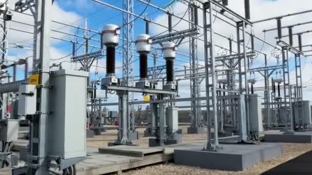 große elektrische Übergabestation mit Kabeln und Isolatoren