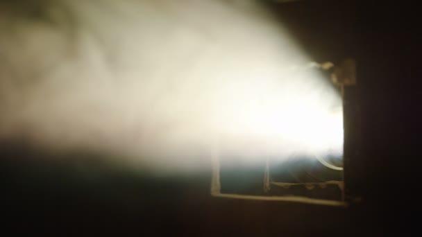 luces de proyector de cine en cuarto oscuro con humo — Vídeo de ...