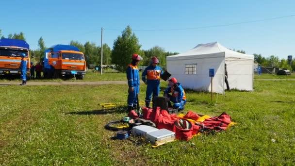 Hasiči studenty připravit na školení při pohledu na zařízení