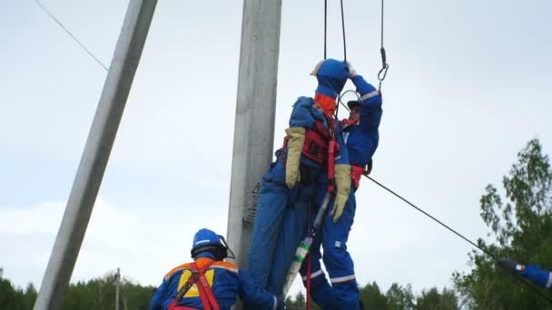 Figurína na kabelu dělá cvičení sníží požární pracovník