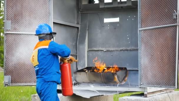 kandidát na hasiči hasí oheň na cvičišti