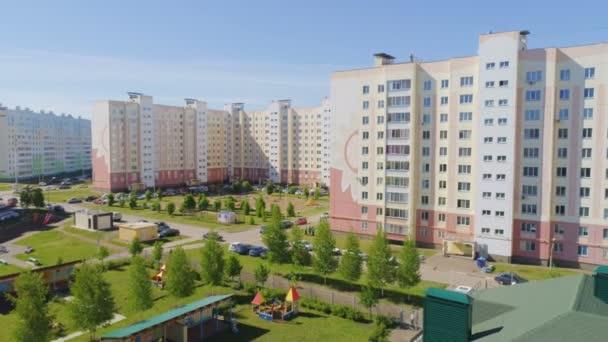 pohyb nad školním dvoře proti bytových domů