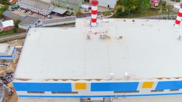 Heizwerk mit Gebäude-Kühlturm nach Stadt