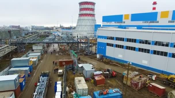 Bewegung über Heizkraftwerk-Baugrund zum Turm