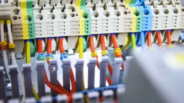 Scheda di trasmissione finito moderna elettrica con i fili colorati luminosi e leve in fabbrica officina