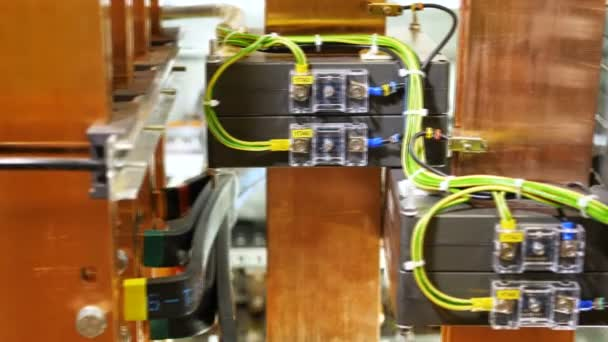 fili collegati ad apparecchiature elettriche nel centralino