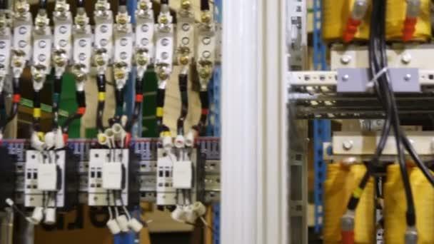 dráty připojené k vodiči a zařízení se usadil v kabinetu napájecí sítě