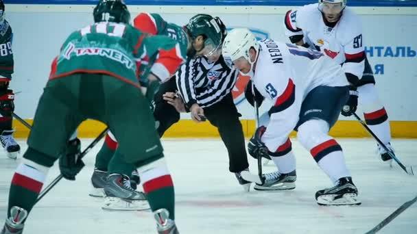 Zpomalený pohyb soudce se střetnou mezi čeká hokejisty